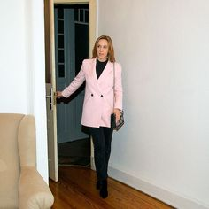 Hallo März! Jeden Monat stelle ich dir meine Lieblingsteile vor die in diesem Monat auf meiner Shoppingliste stehen. Einer meiner Favorites im März ist dieser rosa Blazer! Ich liebe ja rosa - das ist kein Geheimnis! ;-) Aber ich habe auch noch andere frühlingshafte Outfits in tollen Farben für dich zusammengestellt! Ich freue mich wenn du vorbei schaust! Lassden Sonntag schön ausklingen! #fineandshine #fineandshineblog #bloggerde #bloggerlife #Ilovemylife  #over40blogger #discoverunder5k… Rosa Blazer, Rose Rosa, Monat, Jackets, Instagram, Fashion, Zara Shoes, Nice Outfits, Moda