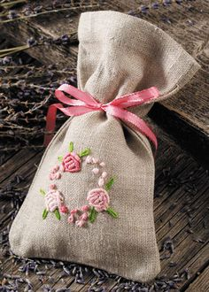 How to Make a Seed Work and Samples of a Seed Work, # needlewithtouchinginasÄ … - Stickerei Ideen Embroidery Needles, Embroidery Applique, Cross Stitch Embroidery, Hand Embroidery Designs, Embroidery Patterns, Lavender Bags, Techniques Couture, Brazilian Embroidery, Needlework