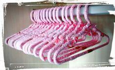 Lindo kit com 5 cabides personalizados para quarto de menina. <br>Cabide em plástico resistente forrado com tecido 100% algodão na estampa xadrez rosa, acompanha detalhe e laço em cetim rosa. <br>Além de decorar o quarto do bebê de maneira exclusiva e personalizada, não deixa a roupinha escorregar. <br>Um verdadeiro mimo feito à mão!