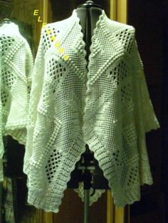 Elegant white poncho with diagram and positioning diagrams Crochet Coat, Crochet Cardigan, Crochet Shawl, Crochet Clothes, Crochet Designs, Crochet Patterns, Bolero Pattern, Pattern Making, Crochet Projects