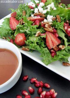 Aprende a preparar una rica vinagreta de granada para acompañar cualquier ensalada o esta ensalada con granada, fresas y queso feta.