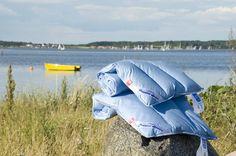Comodissimo per lunghi voli in aereo o viaggi in macchina se hai bisogno di riposarti. Essendo un piccolo piumino (50x80cm) puó essere utilizzato come copertina per il passeggino. Viene fornito corredato di custodia impermeabile da trasporto.