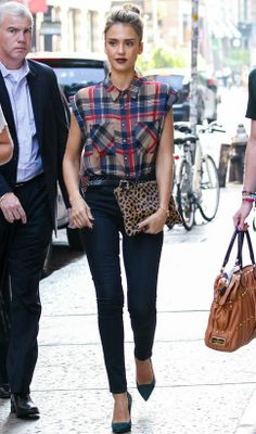 Jessica Alba, always chic and an amazing style icon. Jessica Alba Style, Jessica Alba 2014, Jessica Alba Outfit, Jessica Alba Casual, Casual Outfits, Fashion Outfits, Womens Fashion, Plaid And Leopard, Celebrity Look