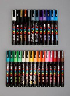 Officiel betegnelse: PC-3M - 0,9-1,3mm.  Posca-tuscher er vandfaste tuscher af højeste kvalitet og kan skrive på stort set alle overflader. Farverne siver ikke igennem papiret i modsætning til almindelige alkoholbaserede tuscher. Alle farver er dækkende, hvilket gør, at en lys farve kan lægges oven på en mørkere. Dette gør det lettere at lave detaljer og highlights.  Denne tykkelse, 1,5 mm, er god til outlines, større detaljer og til udfyldning af mindre flader.  Dette sæt består af alle 22…