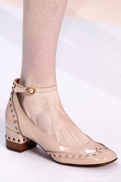 Cool Chloé Fall 2017 Ready-to-Wear Collection Photos - Vogue. All About Shoes Sock Shoes, Shoe Boots, Fall Winter 2017, Chloe Shoes, Vintage Shoes, Beautiful Shoes, Designer Shoes, Me Too Shoes, Heeled Boots