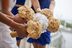 Broches e flores de tecido
