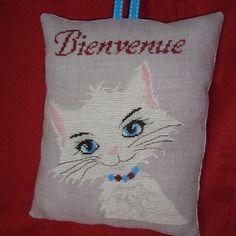 Coussinet de porte brodé main, un chat blanc.
