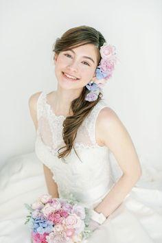 松本ヘアの真骨頂!生花をたっぷり飾ったサイドダウンスタイル/Front|ヘアメイクカタログ|ザ・ウエディング                                                                                                                                                                                 もっと見る