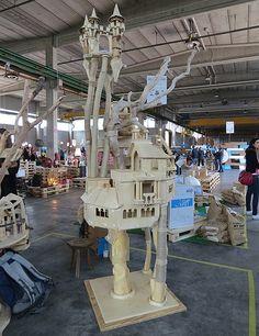 A marca italiana Domusfelis apresentou o Playzone, um castelo esculpido à mão para entreter gatos Industrial Sheds, Castle, Events, Pictures