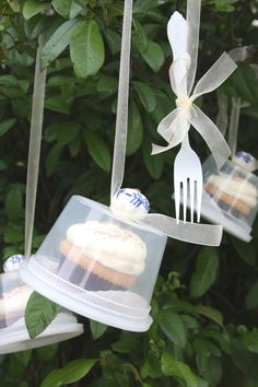 Cupcakes in upside down deli containers displayed on a cupcake tree Cupcake Packaging, Cupcake Favors, Clever Packaging, Cupcake Party, Party Favors, Cupcake Cakes, Diy Cupcake, Wedding Favors, Diy Wedding