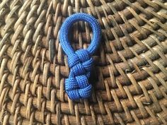 Learn how to make a homemade cross knot zipper pull. Easy step by step instructions in this guide. This is a simple paracord proje. Paracord Zipper Pull, Paracord Keychain, Paracord Bracelets, Lanyard Knot, Knot Bracelets, Survival Bracelets, Diy Keychain, 550 Paracord, Keychains