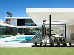 Secret Design Studio knows mid century modern architecture. Grand Designs Australia style Brighton House by McKimm Grand Designs Australia, Residential Architecture, Contemporary Architecture, Interior Architecture, Australian Architecture, Contemporary Decor, Mid Century Modern Design, Modern House Design, Modern Pool House