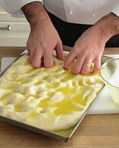 Siamo andati a curiosare nella cucina di Sergio Barzetti, il Maestro di cucina della Prova del Cuoco. Ci ha spiegato la ricetta base della focaccia salata. E