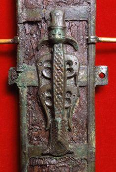 Show (472×700) Anglo Saxon Clothing, Sword Sheath, Anglo Saxon History, Medieval, Sutton Hoo, Viking Reenactment, Viking Sword, Viking Age, 11th Century
