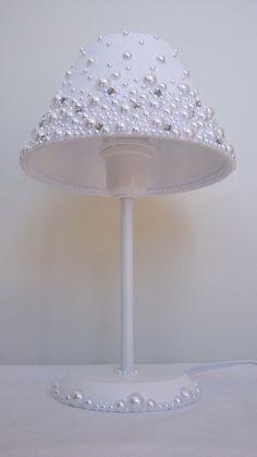 Abajur com cúpula revestida em tecido, com pérolas e stras.