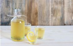 A bottle and 3 shot glasses of limoncello Limoncello Recipe, Homemade Limoncello, Alcoholic Xmas Drinks, Christmas Gifts To Make, How To Make Drinks, Nom Nom, Projects To Try, Food And Drink, Cocktails