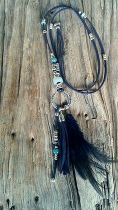 Plumifero.  Collar largo de antelina azul combinado con cuentas de zamak y resinas en tonos azules y plumas de color azul   www.ananarbaiza.com