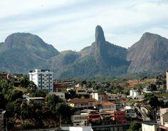 Sudeste  Pico do Itabira, Espírito Santo  O Pico do Itabira é uma formação rochosa de 450 metros de altura no sul do Espírito Santo. Ponto mais alto de um grupo montanhoso conhecido como Conglomerado do Itabira, o pico é muito frequentado por amantes de escalada.    Foto: Divulgação