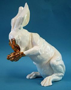 white-porcelain-sitting-rabbit+Figurine+with+Gold+Luster.jpg (712×902)