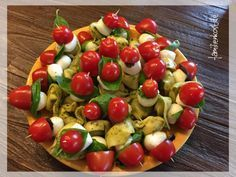 This great – Italian-themed – finger food with tortellini, tomatoes and mozzarella is quickly made and ideal for grilling or picnicking. You can find a recipe and instructions for the tortellini skewers here: www. Vegan Appetizers, Finger Food Appetizers, Finger Foods, Appetizer Recipes, Tortellini Skewers, Pesto Tortellini, Fruit Recipes, Brunch Recipes, Banana Bread French Toast