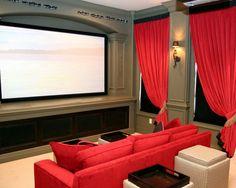 Diseño muy simple. Pantalla elevada, sofá central a juego con las cortinas.