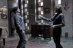 Tom Welling con la spada di John Glover alla gola nell'episodio Luthor di Smallville
