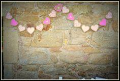 Guirnalda de corazones, hecha con cartón..#PhotoBooth  #Wedding #Boda #Photocall