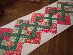 Christmas Table Runner.... I like the design, not too fussed on the table-runner idea. perhaps use the chain idea in a quilt?