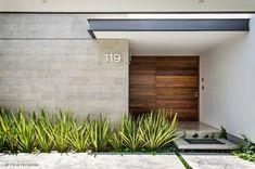小さな家を持つことは、控えめなエントランスを持つ、という意味ではありません。大きさにかかわらず、優れたデザインや素材を用… #fachadasminimalistasmadera