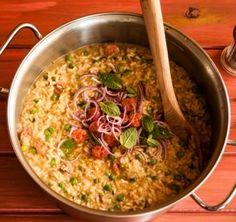 Esse risoto de linguiça com ervilha fresca e hortelã é uma receita ideal para um almoço em família. A combinação de sabores é surpreendente e o preparo não poderia ser mais simples: em vez de caldo, leva água!