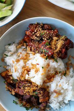Indonesisch koken, we doen het graag thuis. Dit is een klassiekertje:saté ajam (kipsaté) en babi smoor…