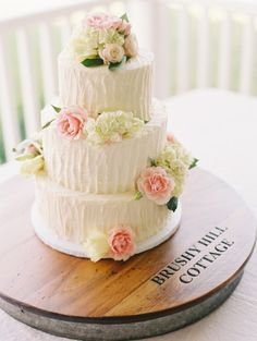 A pretty wedding cake: http://www.stylemepretty.com/2014/12/16/romantic-southern-cottage-wedding/   Photography: Katie Stoops - http://katiestoops.com/