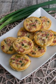 Mini Quiches with Ham Recipe - MakeItSweet. Mini Quiches with Ham Recipe - MakeItSweet.de - Mini quiche ham spring onions spicy recipe finger food brunch breakfast Informations About Mini Quic - Vegan Brunch Recipes, Vegetarian Brunch, Ham Recipes, Breakfast Recipes, Mini Quiches, Snack, Finger Foods, Easy Meals, Muffins