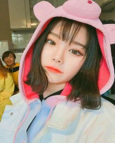 Find images and videos about korean, asian and ulzzang on We Heart It - the app to get lost in what you love. Mode Ulzzang, Ulzzang Korean Girl, Cute Korean Girl, Asian Girl, Ulzzang Short Hair, Ullzang Girls, Kpop Girls, Cute Girls, Korean Aesthetic