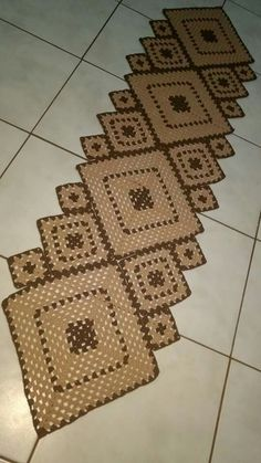 Granny Square Runner Pattern Diagram and Inspiration. Loving this easy to create granny square runner,… Crochet Carpet, Crochet Home, Crochet Crafts, Crochet Projects, Crochet Rug Patterns, Crochet Borders, Crochet Table Runner, Crochet Tablecloth, Easy Granny Square