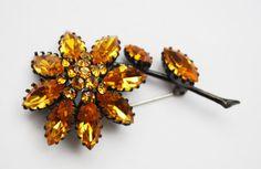 Flower Brooch - Yellow orange Rhinestone - Black Japaned setting - Signed Austria- Daisy Floral Pin #brooch #etsy #vintage #plsfollowme #jewelry