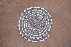 This is really land art. A row of shells in a spiral in the sand, but when i saw it I thought Mosaic instantly. Looks great to me, I'm thinking stepping stones for the yard ; Seashell Crafts, Beach Crafts, Seashell Art, Mandala Art, Crystal Grid, Environmental Art, Beach Art, Stone Art, Beach Themes
