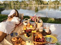 Picnic Date, Beach Picnic, Summer Picnic, Picnic Snacks, Picnic Foods, Picnic Ideas, Camping Date, Picnic Photography, Birthday Painting