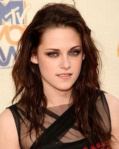 Cum sa iti faci un machiaj ca al lui Kristen Stewart - YVE. Mtv Movie Awards, Kristen Stewart Eyes, Kirsten Stewart, Rock Chic, Modern Hairstyles, Pretty Hairstyles, Dark Auburn Hair, Fusion Hair Extensions, Smoky Eye Makeup