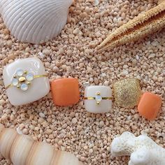 ホワイトとオレンジが上品な大人の夏ネイル ゴールドのラインテ...|MERY [メリー]