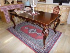 tavolo barocco con gambe intagliate , finitura lucidata con lumeggiature in oro