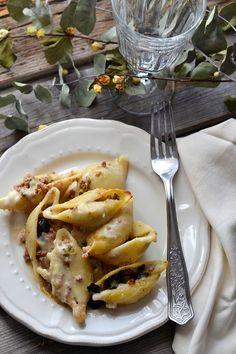 Conchiglioni ripieni di broccoletti,tritato e altre bontà per il pranzo del Capodanno Conchiglioni ripieni con broccoletti,tritato e altre bontà per un primo piatto gustoso e bello da vedere.BUON ANNO 2017 ^.^ http://www.zagaraecedro.ifood.it/2016/12/conchiglioni-con-broccoletti.html