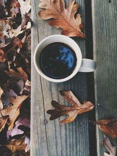 café e folhas secas