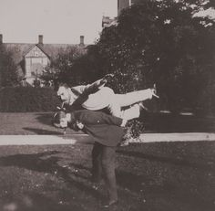 Tsar Nicholas II haciendo el tonto con su amigo en 1899.