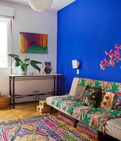 a gente não via a hora de mostrar mais um pouco do apartamento dessa semana!!! é que a moradora escolheu esse azul incrível para a parede da sala de TV e para o piso do banheiro que é de epoxi!  hummm ficou curioso? vai conferir o resultado no historiasdecasa.com.br #decoração #todacasatemumahistoria #paredescoloridas #estampas  foto: @registrodediaadia by historiasdecasa