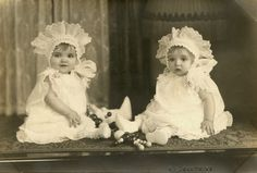 Antique Photograph of Twins, Baby Girls· Mary Ann & Betty Lou wearing large bonnets Vintage Children Photos, Vintage Twins, Vintage Pictures, Old Pictures, Vintage Images, Old Photos, Children Pictures, Dark Photography, Vintage Photographs