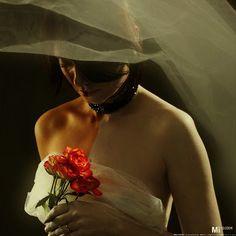 SOMOS?  Somos dois..Ou somos um? Qualquer um Pode ser mentira agora Mas a verdade lá fora Te diz que não vais voltar.  Sei que tentas entender Mas  a vida essa ingrata Que judia e maltrada Ensinou sinais do olhar.  Ta a dizer que já passou Que agora  se faz tarde Que o amor .Esse de ontem Foi embora   ja faz tempo Não tem jeito. Caso mesmo é esquecer  Somos dois? Ou somos um Nenhum! É apenas uma lembrança Que se foi com a esperança Que não irá retornar  Deixa o sorriso