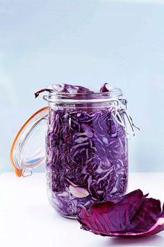 [ Milt syrad rödkål med anisfrö ] SALTLAKE: 1/2 liter vatten 1 tsk salt 3 vitlöksklyftor RÖDKÅL: 2 tsk anisfrö 2 kg rödkål 4 tsk jodfritt salt 2 msk råsocker