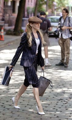 Carrie Bradshaw Carring A Fendi Bag And Wearing A Flat Cap, Season 4