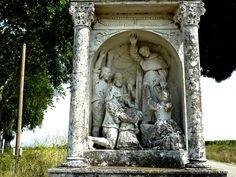 saint Dominique, Arzen, - En cet endroit, le 24 juin 1207, des paysans auxquels Saint-Dominique reprochait de ne pas sanctifier une fête chômée, virent soudain leurs gerbes de blé ruisseler de sang, et devant ce miracle abjurèrent leurs erreurs.